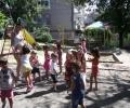 Чуждестранни студенти обучават хлапета от детски градини