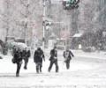 Снегът затвори над 500 училища