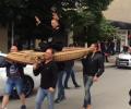 Дванадесетокласник отиде на бал с летящо килимче