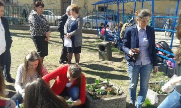 Ученици от Първа АЕГ садиха цветя за Първа пролет